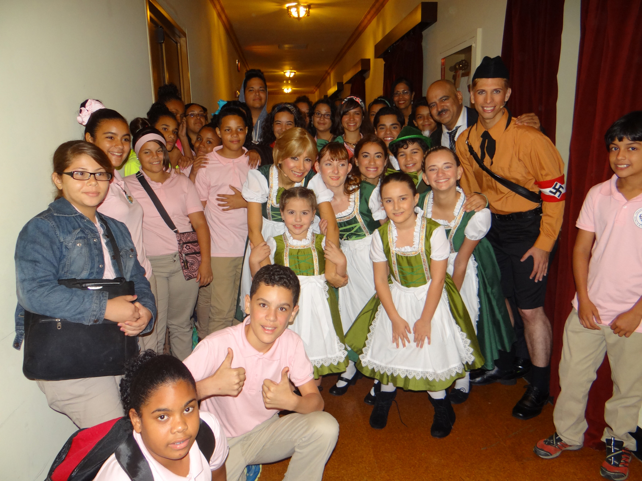 Foto 1- Estudiantes de Vieques junto a parte del elenco The Sound of Music