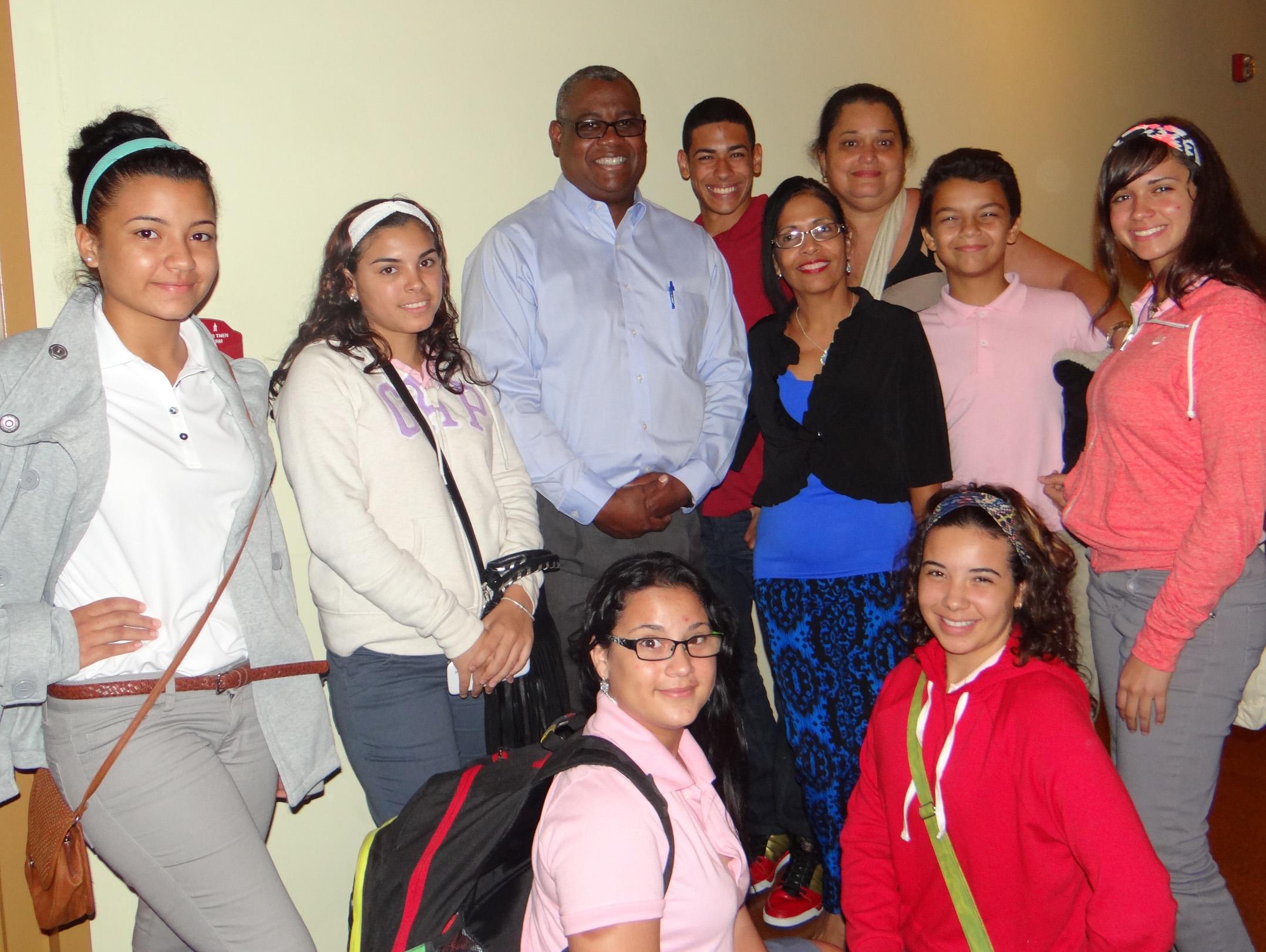 Foto 4- Rector Carlos Severino junto a estudiantes de Vieques