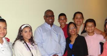 Rector Carlos Severino junto a estudiantes de Vieques