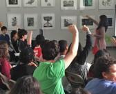 Estudiantes de escuela superior fascinados con taller de verano sobre arquitectura