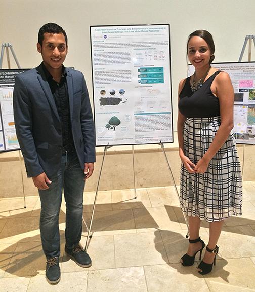 Ariam Torres y Alisa Ortiz, ganadores del 4to lugar en competencia de afiches