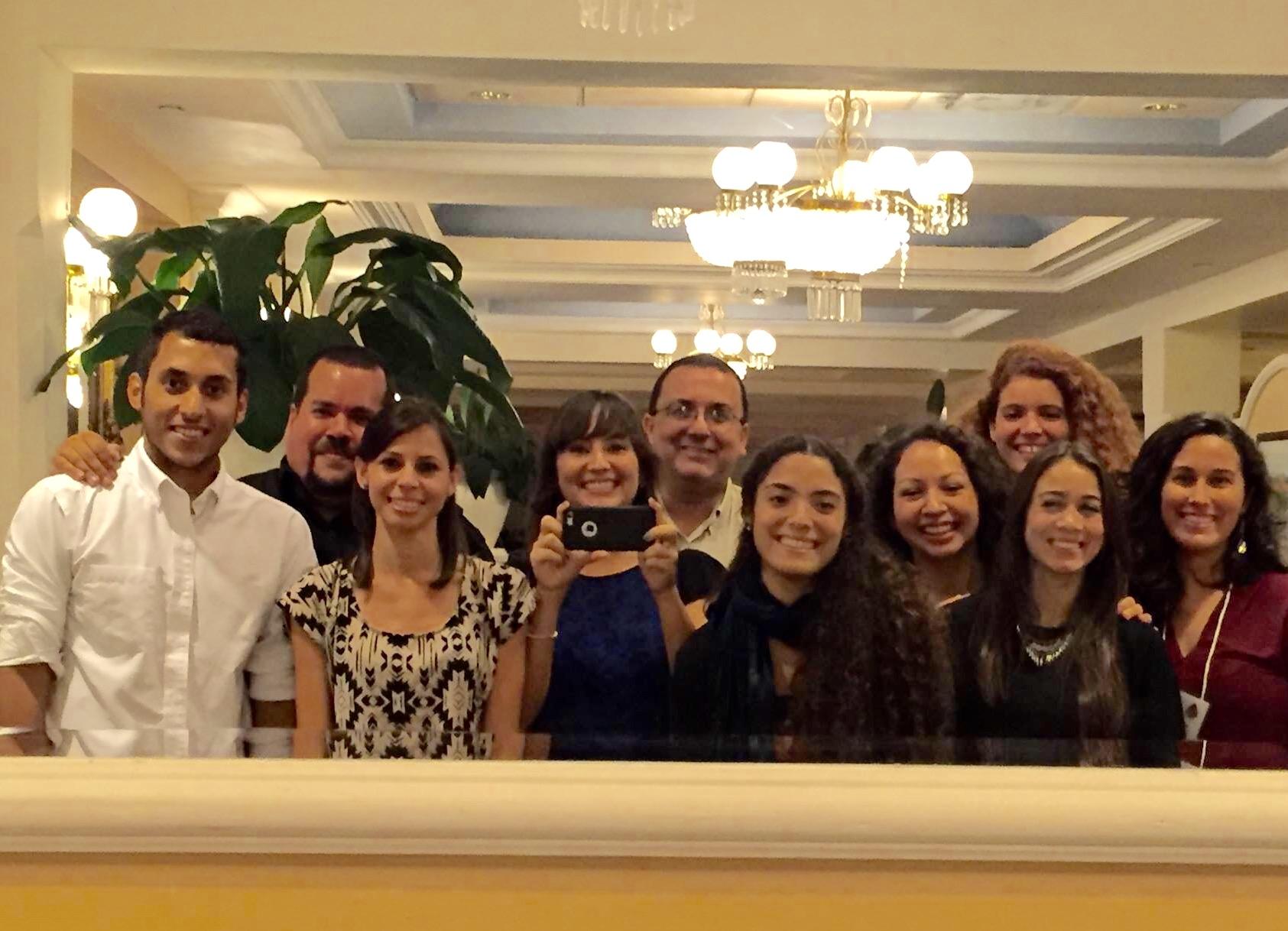 Grupo de estudiantes participantes con el Dr. Jorge Ortiz HICE-PR