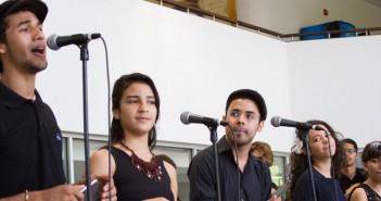 estudiantes-cantando
