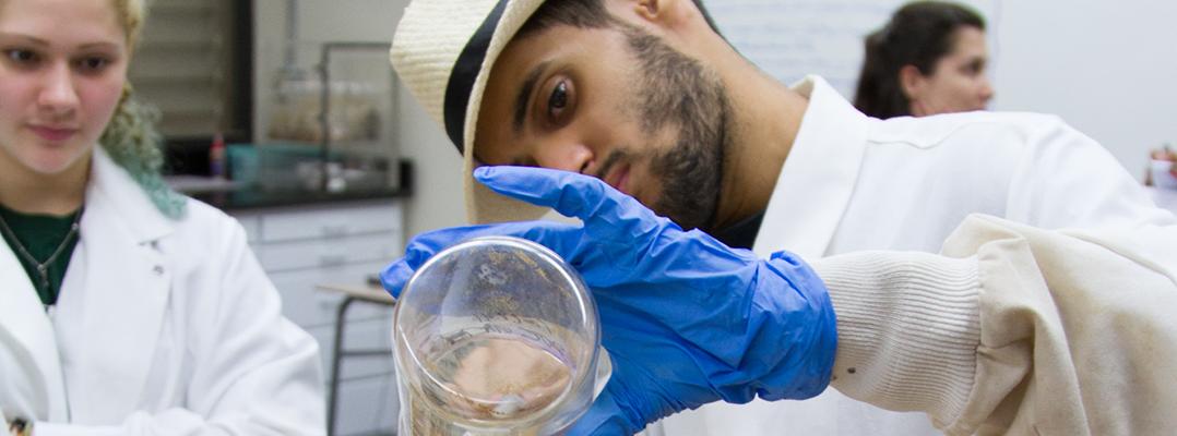Estudiates exponen sus investigaciones del Laboratorio de Arqueología Ambiental del Recinto