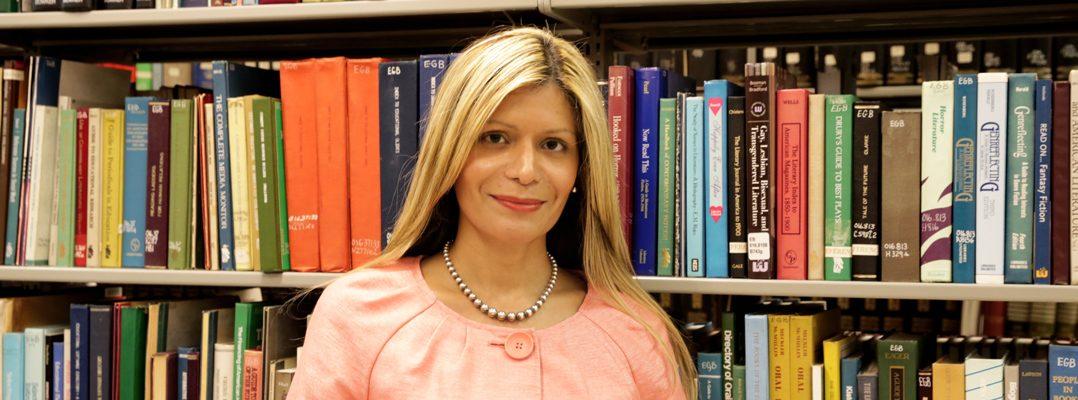 Loida García-Febo, en la biblioteca de la Escuela Graduada de Ciencias Bibliotecarias e Información, Universidad de Puerto Rico.
