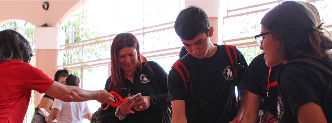 estudiantes en mesa de información