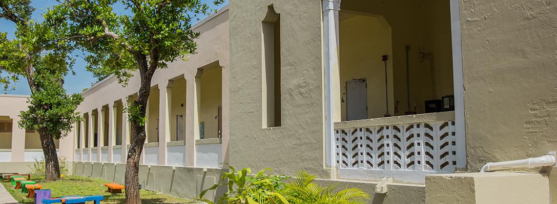 fachada interior Escuela UHS