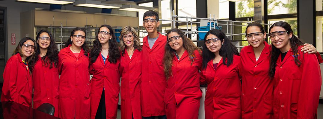 Estudiantes de escuelas públicas exploran las ciencias en el Proyecto SEED
