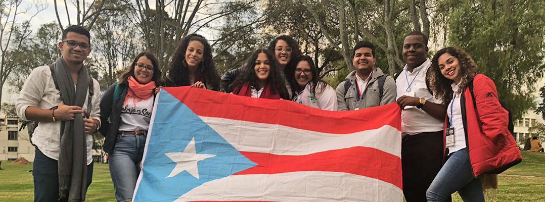 estudiantes con bandera de puerto rico