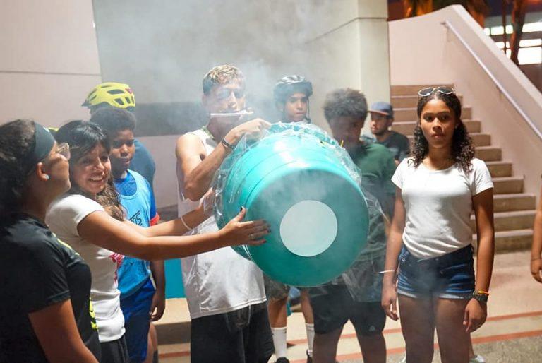 Participantes en demostración de ondas con zookas de humo