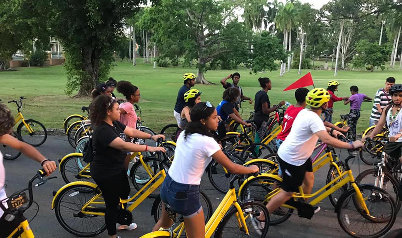 Participantes en bicicletas frente a Facundo Bueso