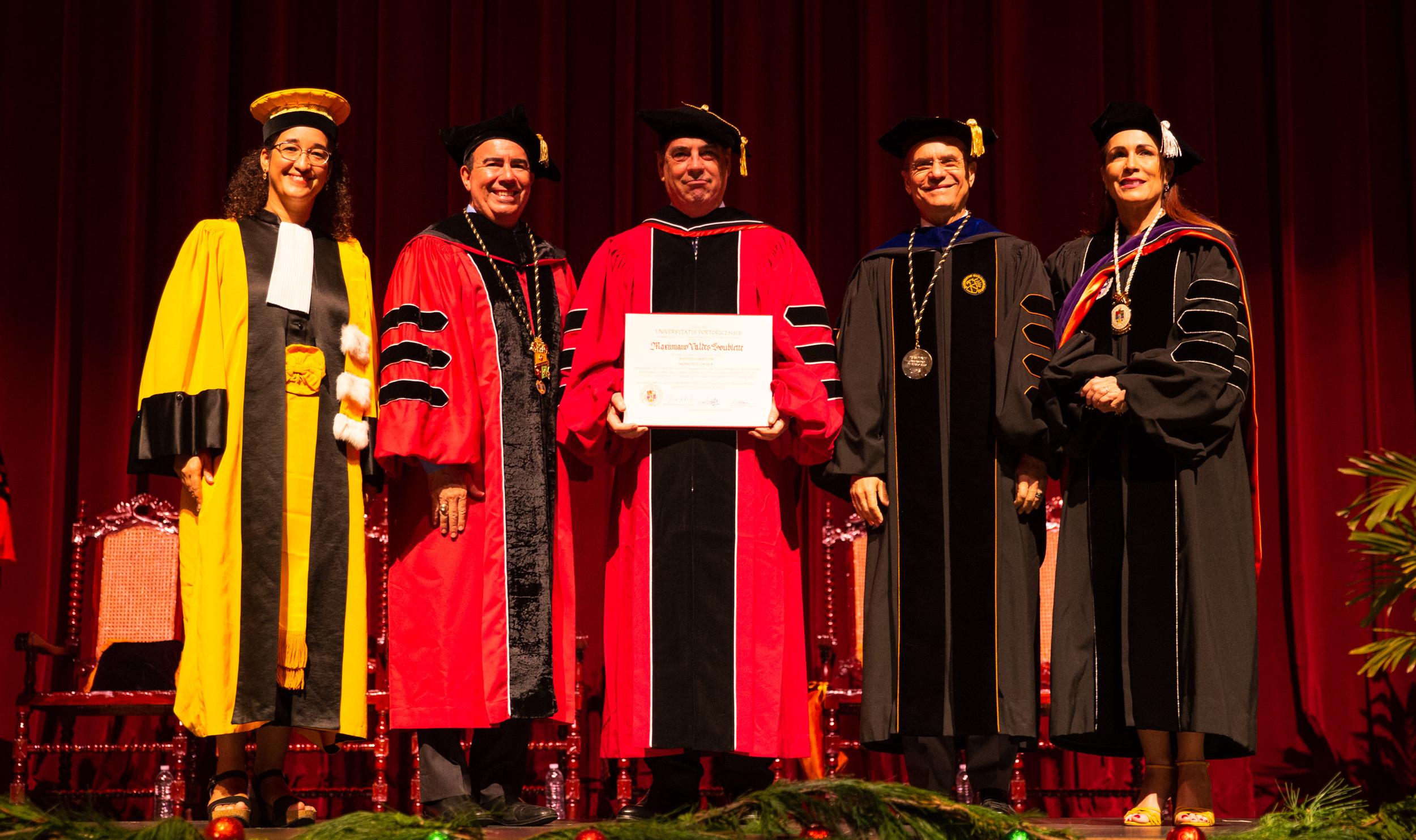 Maximiliano Valdes enseñando diploma