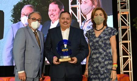 Catedrático de la FAE es reconocido por el Colegio de Contadores Públicos Autorizados